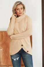 베이지 버튼이있는 랩 터틀넥 스웨터