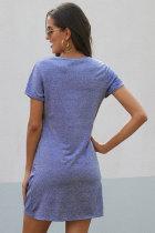 Небесно-голубое платье с узором сбоку