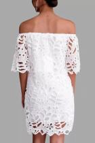 Vestido de media manga con detalle de encaje blanco fuera del hombro