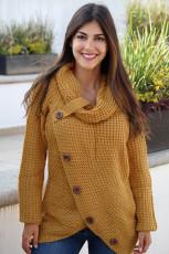 겨자 버튼이있는 랩 터틀넥 스웨터