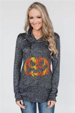 Lämmitetty musta pusero ja Halloween-kurpitsa