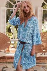 Hemelsblauwe jurk met driekwart mouwen en mid-kuitprint