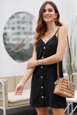 Черное платье без рукавов на пуговицах
