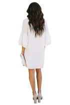 Белое платье с короткими рукавами и V-образным вырезом на пуговицах