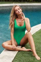 Grüner strukturierter Badeanzug mit offenem Rücken