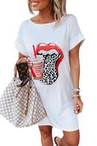Weißes Sommer-T-Shirt-Minikleid mit Lippendruck