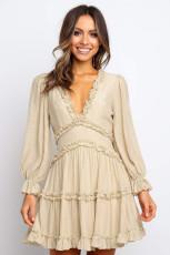 فستان بظهر مكشوف وفتحة في الخلف باللون البيج
