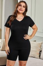 Musta Plus-kokoinen V-aukkoinen t-paita ja shortsit
