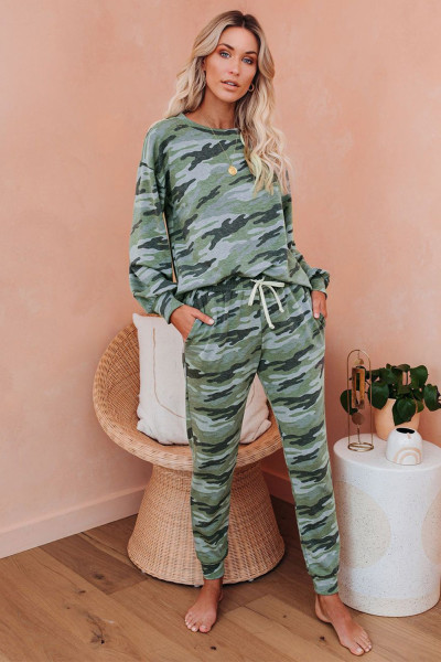 Groene pyjamaset met camouflagekoord en vleermuismouwen