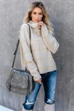 Beżowy sweter z golfem w kratkę