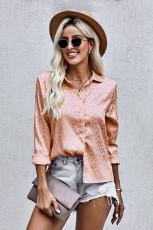 Camisa naranja con botones en relieve