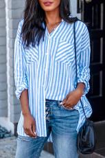 Hemelsblauwe linnen blouse met knoopsluiting en zakken met zakken