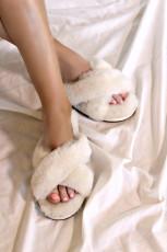 รองเท้าแตะขนยาวสีขาว Crisscross