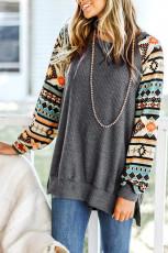 Grey Tribal Print Waffle Knit Pullover dengan Celah Samping