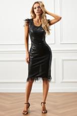 فستان أسود قصير أنيق مطرز بالريش