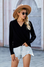 Черный вязаный свитер с длинным рукавом и глубоким V-образным вырезом