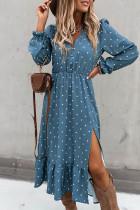 Niebieska sukienka midi w kropki z wysokim rozcięciem i falbanami