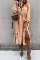 Morelowa sukienka midi w kropki z wysokim rozcięciem i falbanami