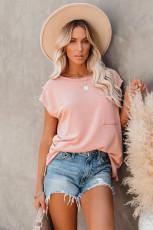 Vaaleanpunainen taskuinen t-paita sivuhalkioilla