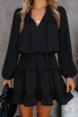 Minivestido escalonado de volantes de manga larga con cuello en V negro