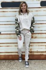 Beige hoodie joggingbroek met camouflage accent