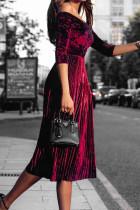 Plisowana sukienka midi z odkrytymi ramionami i pół rękawa w kolorze wina