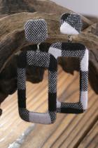 黒のチェック柄の長方形のイヤリング