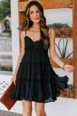 Minivestido preto franzido com alças finas e babados