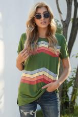 緑のカラフルな波状のストライププリント半袖Tシャツ