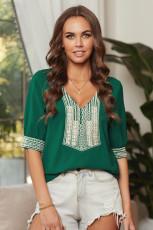 Зеленая блуза с глубоким V-образным вырезом и вышивкой на рукавах