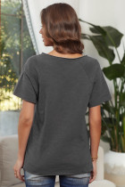 Harmaa V-kaula-aukkoinen lyhythihainen puuvillasekoitteinen t-paita, jossa etutasku ja sivuraot