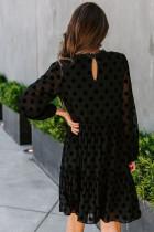 Czarna koronkowa sukienka midi z długim rękawem w kropki