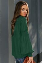بلوزة من الساتان الأخضر برقبة على شكل V وأكمام واسعة ورباط