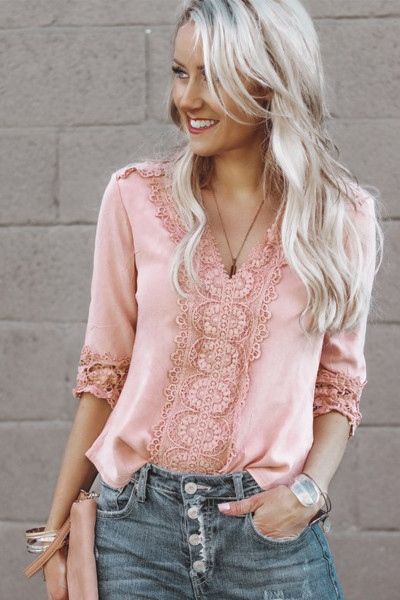 Blusa rosa con cuello en V y detalle de crochet con mangas 3/4
