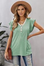 Grünes Kurzarm-T-Shirt mit V-Ausschnitt und geknöpftem Spitzenbesatz