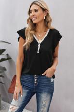 T-shirt noir à manches courtes et col en V boutonné en dentelle