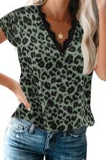 Top de manga corta con cuello en V festoneado de leopardo verde