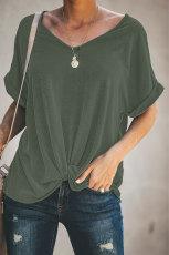 Camiseta verde lisa con cuello redondo y manga corta torcida