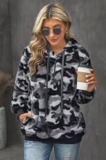 Grauer, pelziger, pelziger Pullover mit Camo-Print