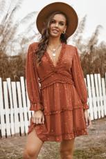 Koronkowa sukienka mini z dekoltem w szpic i falbaną w kolorze rdzy