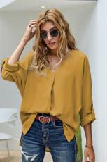 Camisa amarilla con cuello en V y manga 3/4 con dobladillo alto y bajo