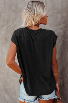 사이드 슬릿이있는 블랙 포켓 티셔츠