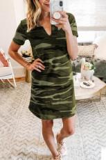 فستان قصير من القطن بطبعة التمويه الأخضر بياقة على شكل V