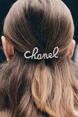 銀色のラインストーンパールレターヘアクリップ