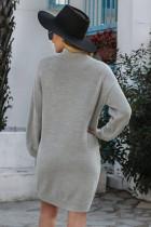 グレーのモックネックランタンスリーブセータードレス