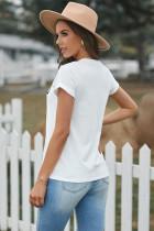 Белая футболка с короткими рукавами и буквенным принтом