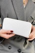 Bílá texturovaná lesklá kabelka z umělé kůže