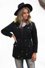 Musta vetoketju napsahtaa taskun pehmustetun hupparin takin