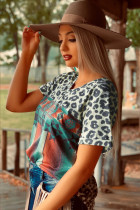 T-shirt con scollo a V con stampa serape leopardata