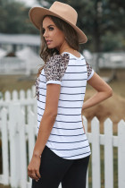 T-shirt con patch leopardata a righe
